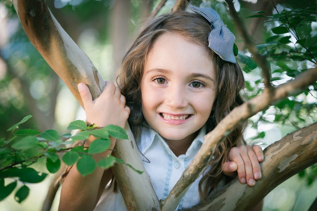 Familienfotograf Lörrach Freiburg Mädchen kletter im Baum