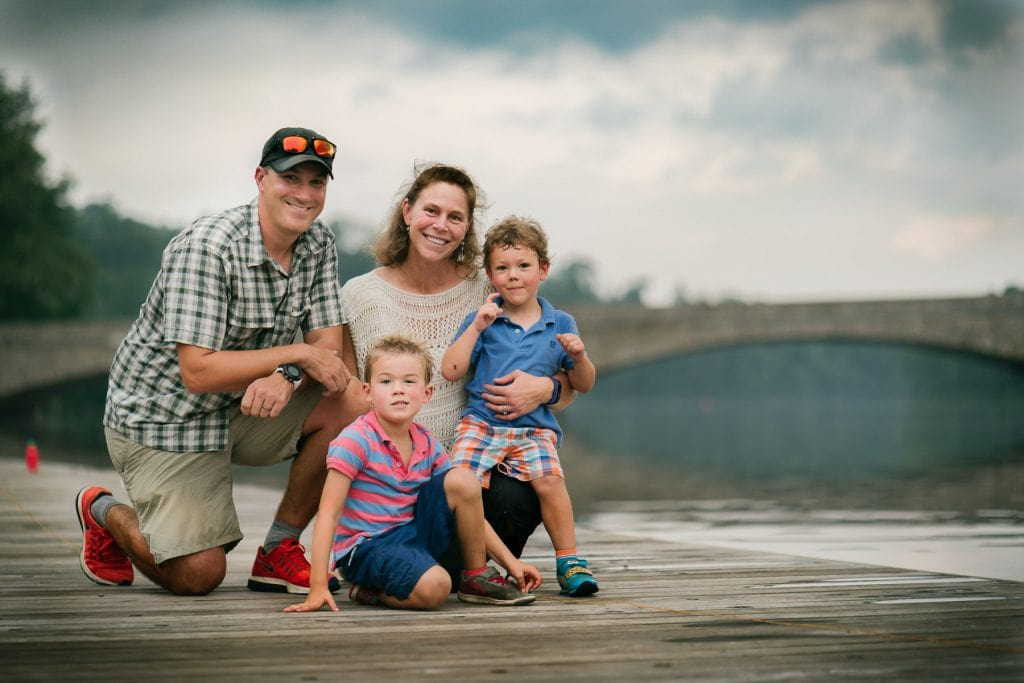 Familienfotograf Lörrach Freiburg Familie Brücke kniet