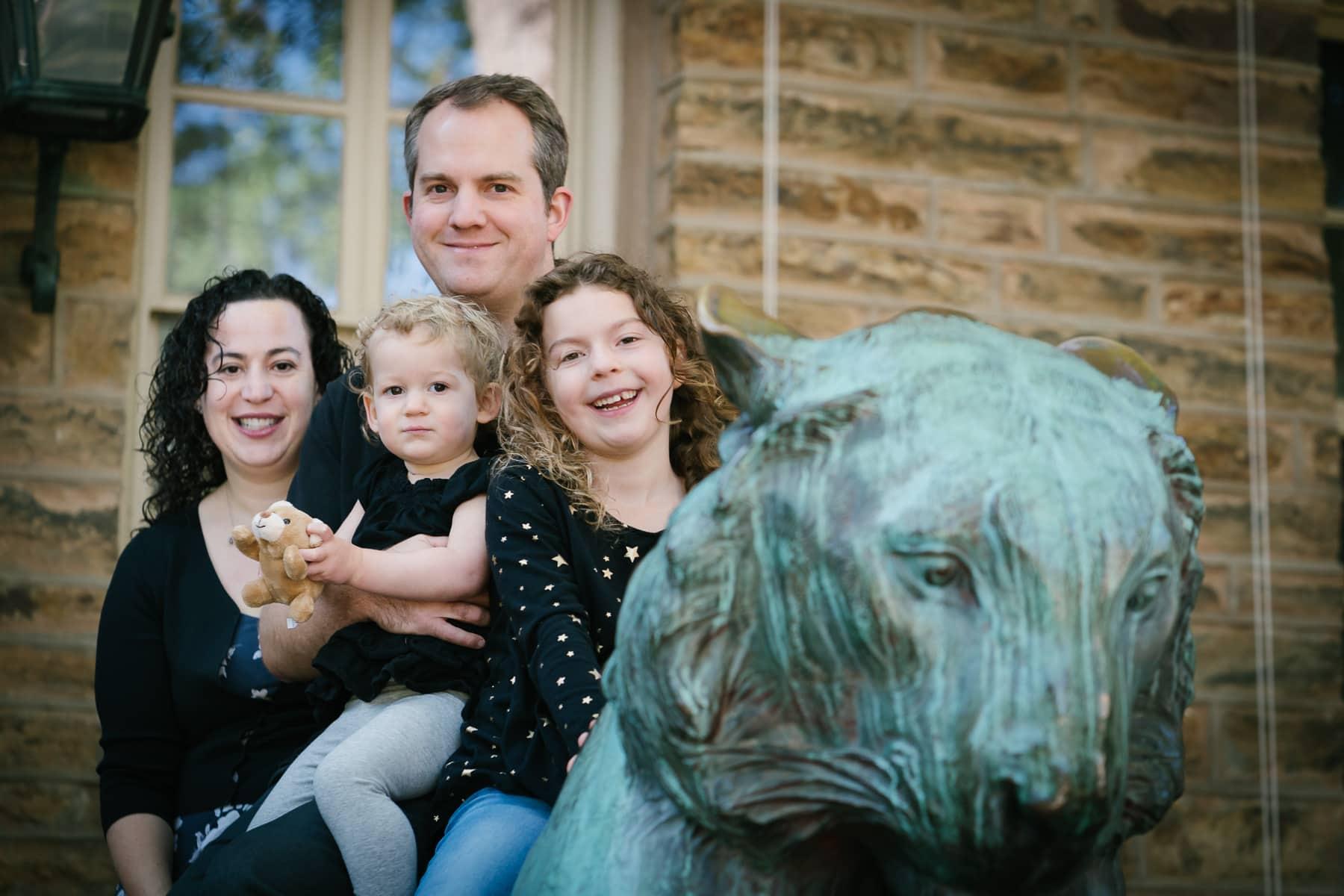 Familienfotograf Lörrach Freiburg Familie auf Statue