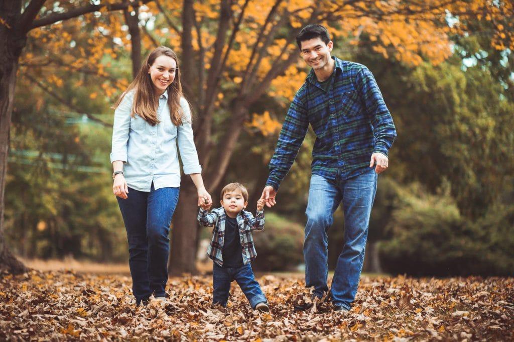 Familienfotograf Lörrach Freiburg Basel Familie läuft durch Laub