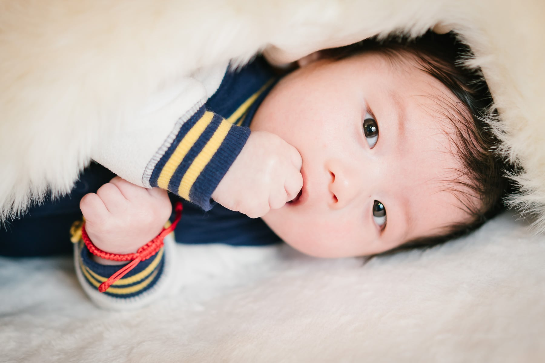 Familienfotograf Lörrach Freiburg Baby unter Decke