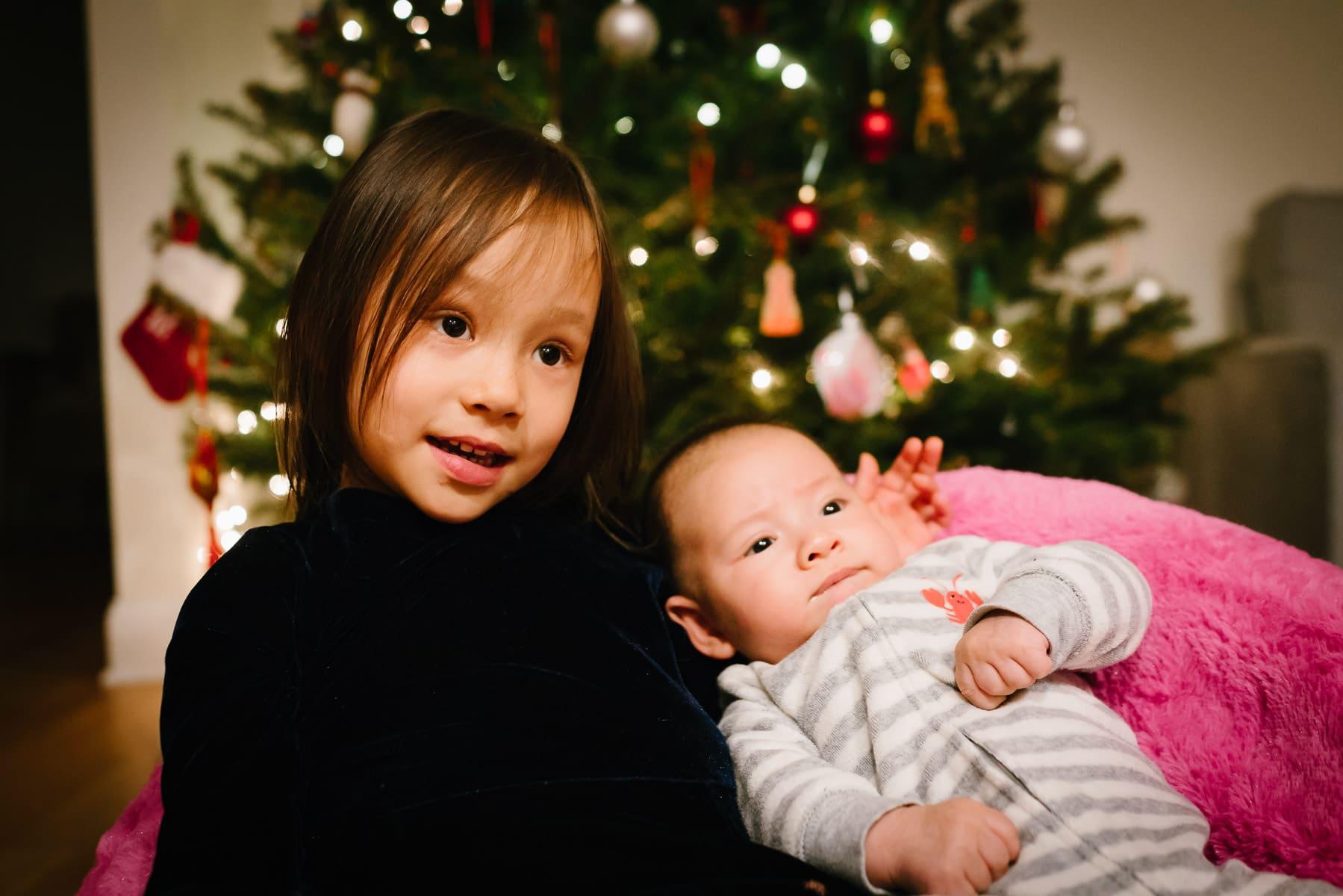 Familienfotograf Lörrach Freiburg Mädchen mit Baby