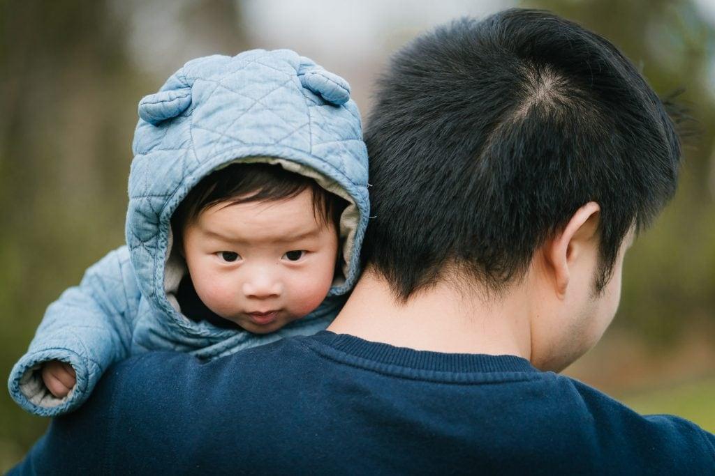 Familienfotograf Lörrach Freiburg Baby über Schulter