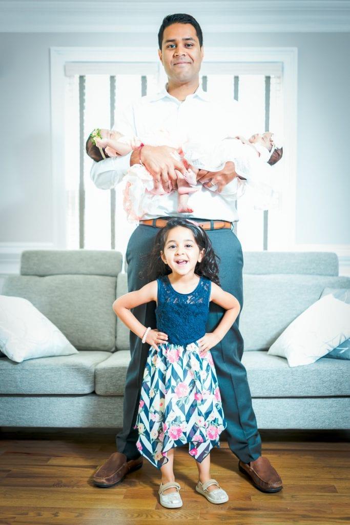 Familienfotograf Lörrach Freiburg Babys auf Arm Vater Tochter