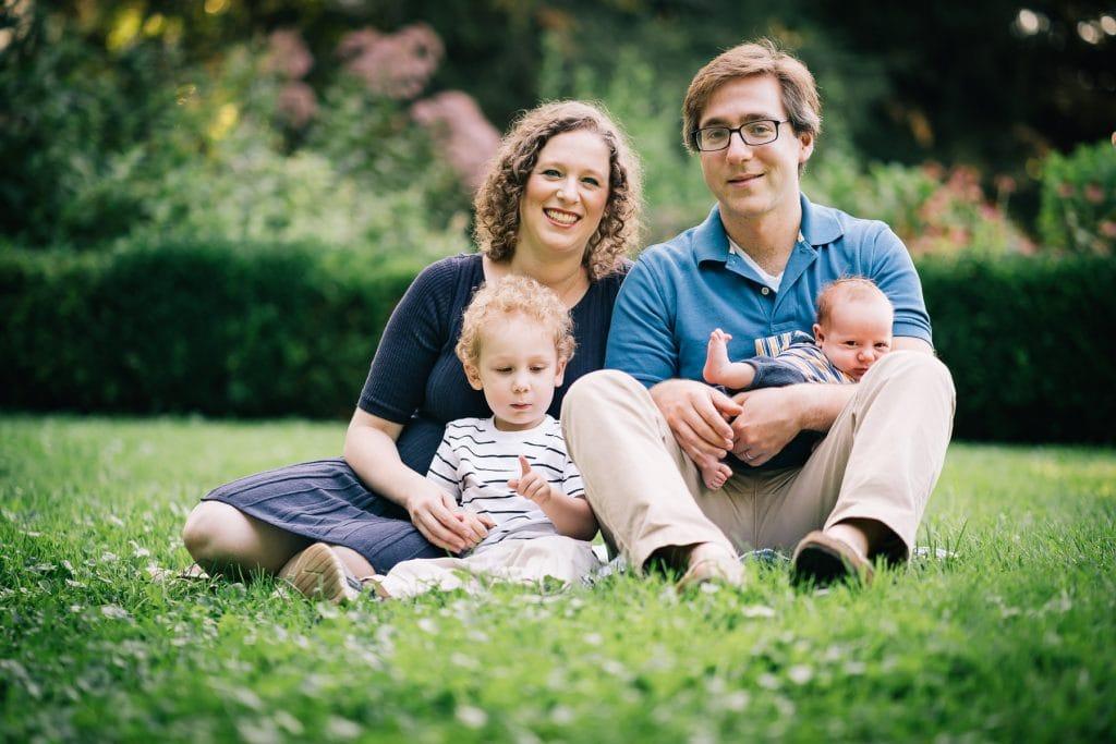 Familienfotograf Lörrach Freiburg Familie mit Baby auf Wiese