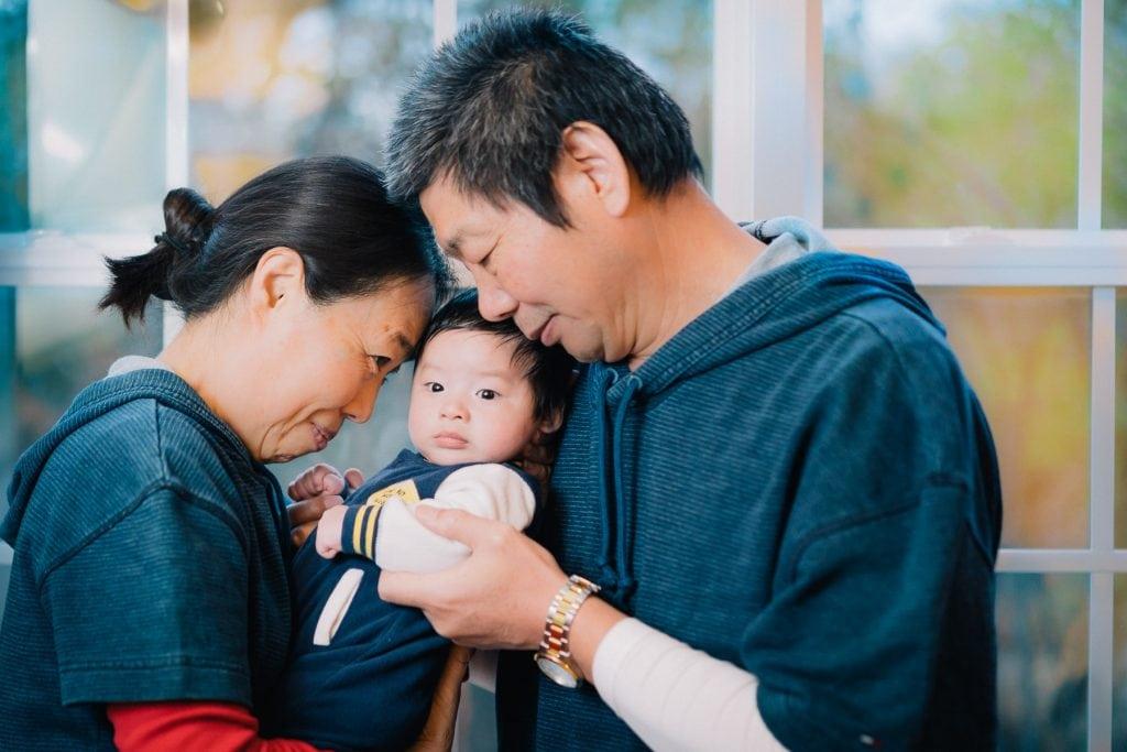 Familienfotograf Lörrach Freiburg Großeltern mit Baby