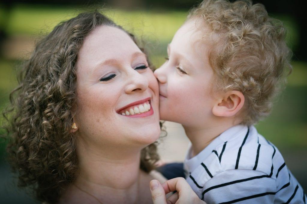 Familienfotograf Lörrach Freiburg Junge küsst Mutter