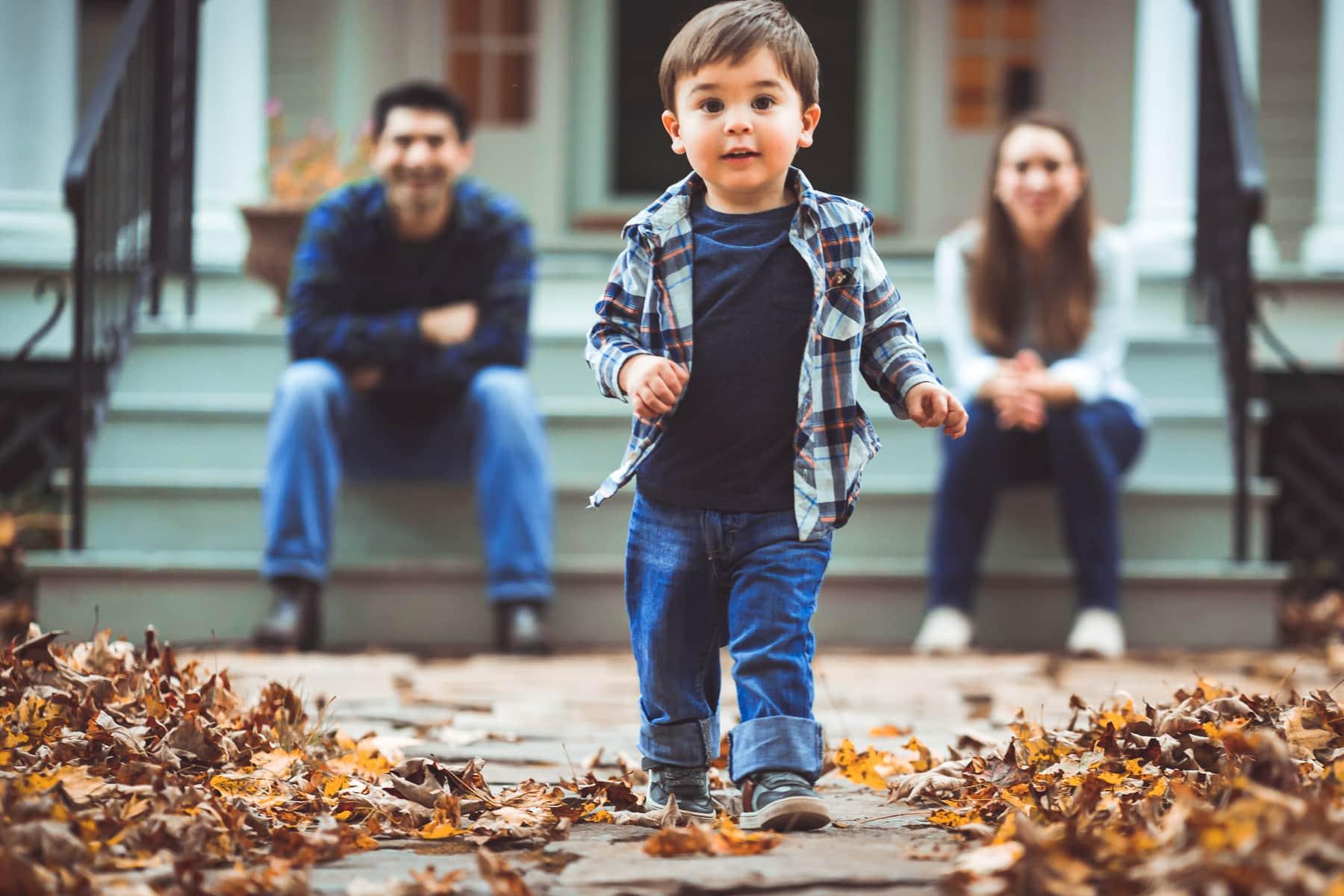 Familienfotograf Lörrach Freiburg Junge vor Eltern