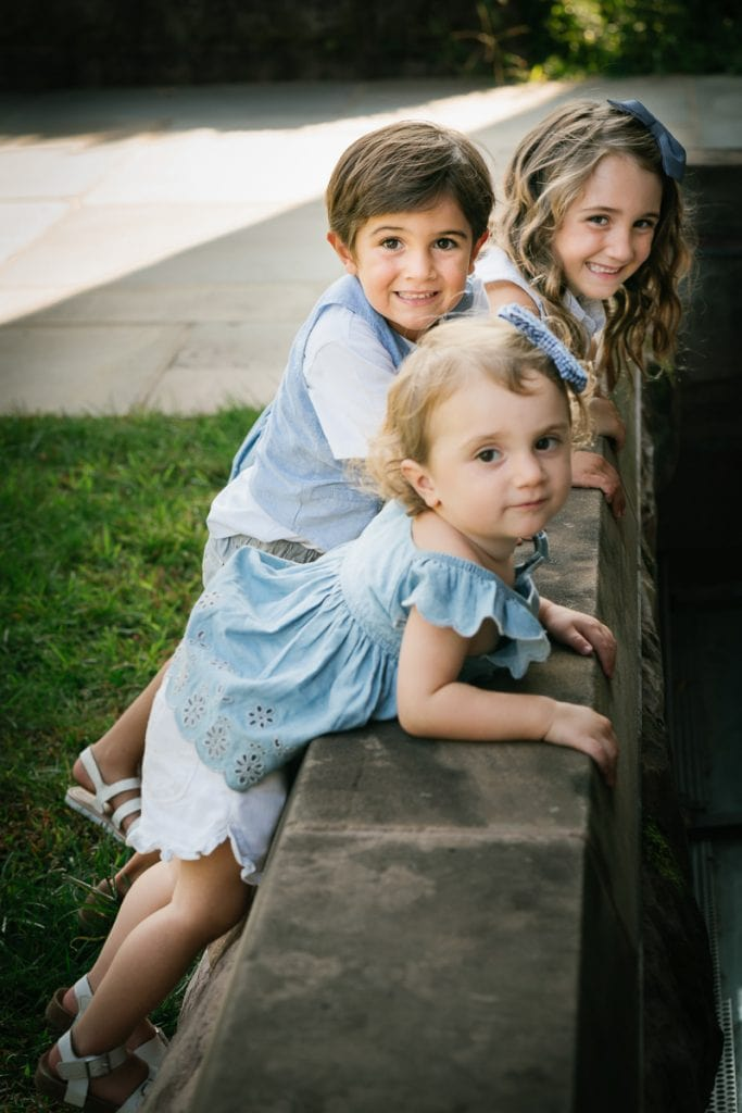 Familienfotograf Lörrach Freiburg Kinder an Mauer