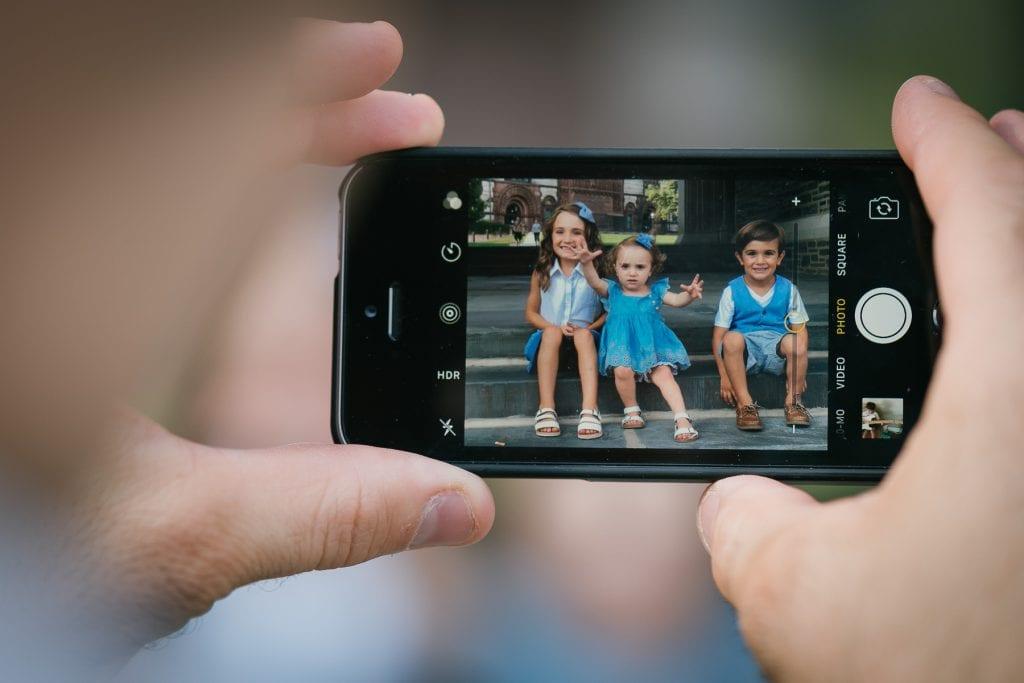 Familienfotograf Lörrach Freiburg Kinder auf Handy