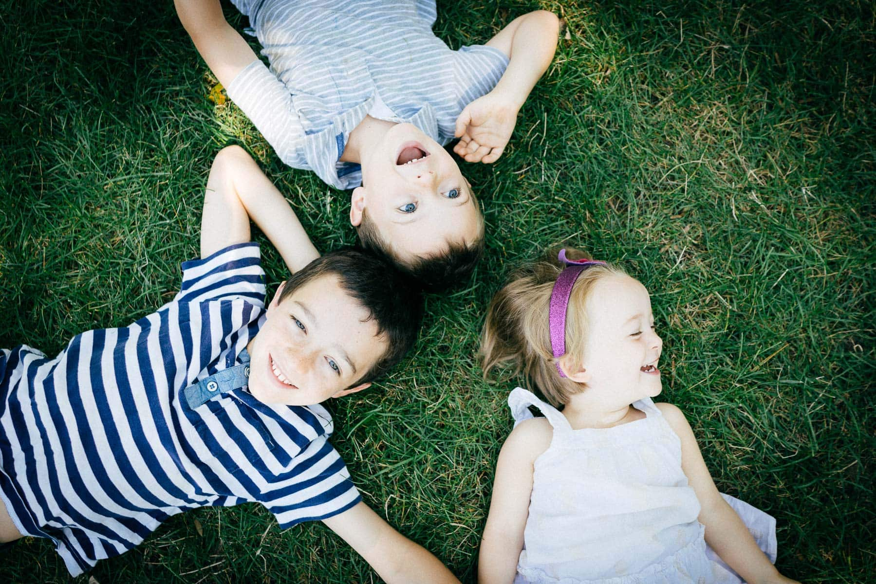 Familienfotograf Lörrach Freiburg Kinder im Gras