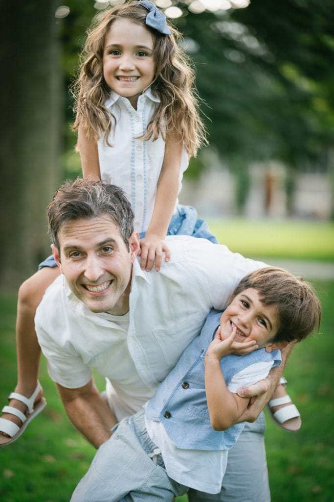 Familienfotograf Lörrach Freiburg Kinder klettern auf Vater