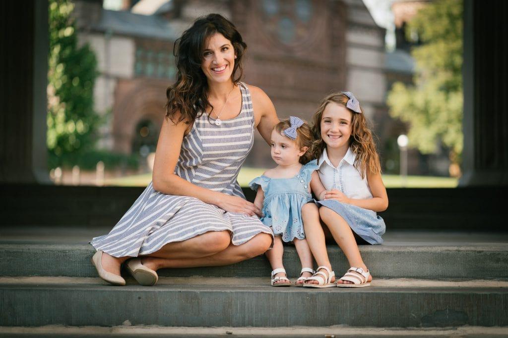 Familienfotograf Lörrach Freiburg Mutter Mädchen auf Treppe