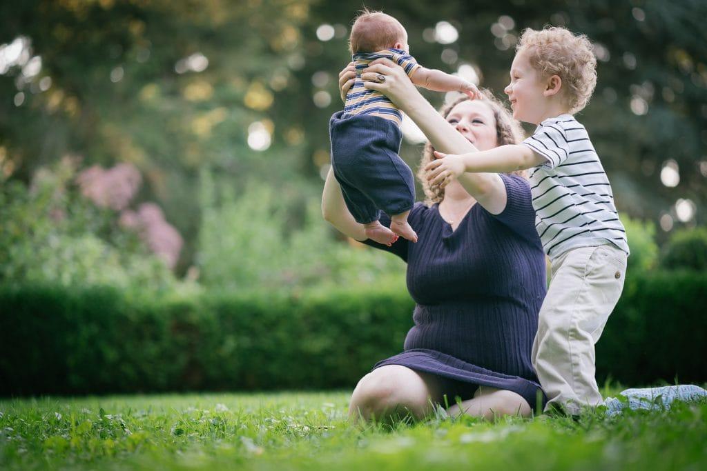 Familienfotograf Lörrach Freiburg Mutter mit Baby und Junge
