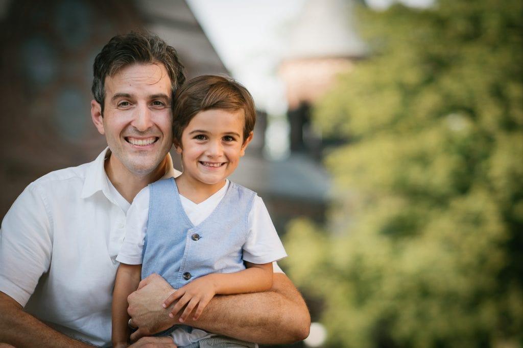 Familienfotograf Lörrach Freiburg Vater Sohn auf Arm