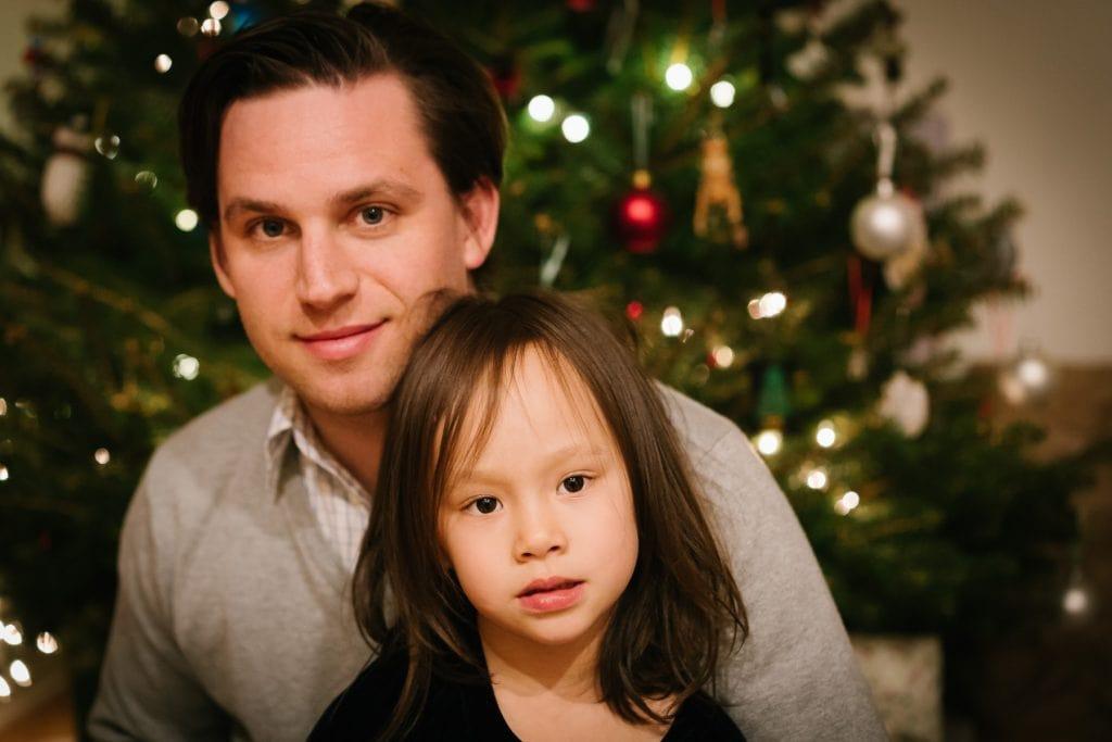 Familienfotograf Lörrach Freiburg Vater Tochter Weihnachtsbaum
