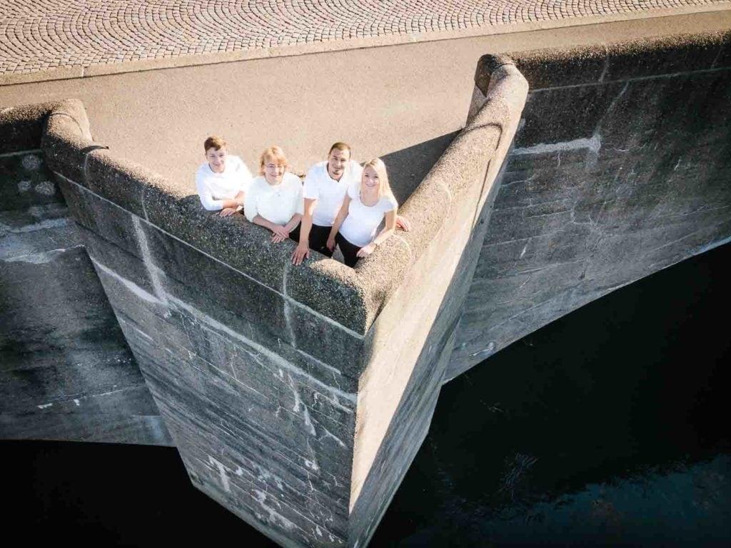 Familienfotograf Lörrach Freiburg Basel Familie auf Brücke mit Drohne