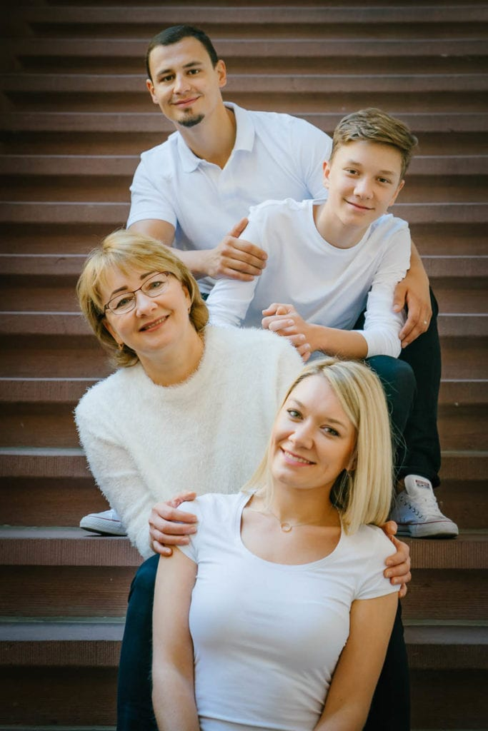 Familienfotograf Lörrach Freiburg Basel Familie auf Treppe