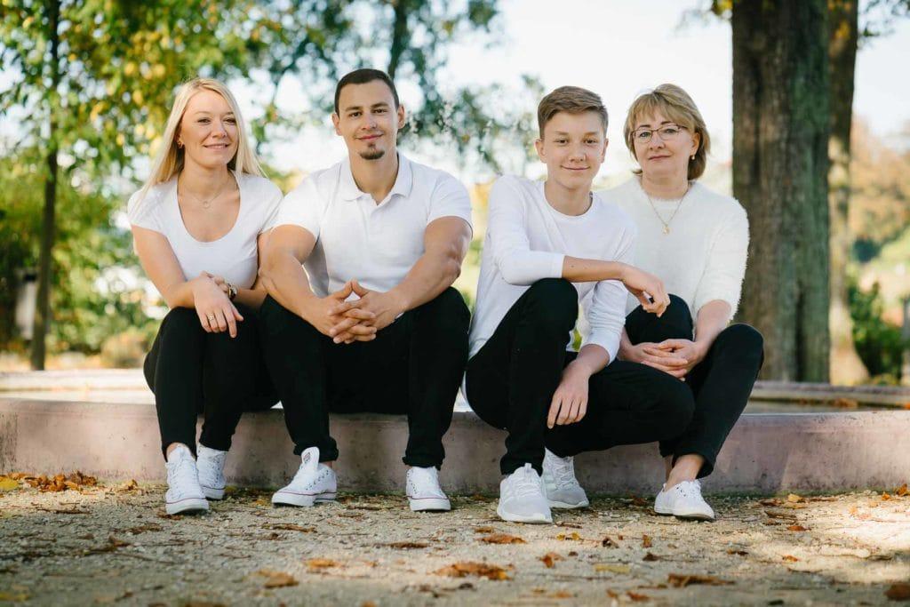 Familienfotograf Lörrach Freiburg Basel Familie sitz an Brunnen