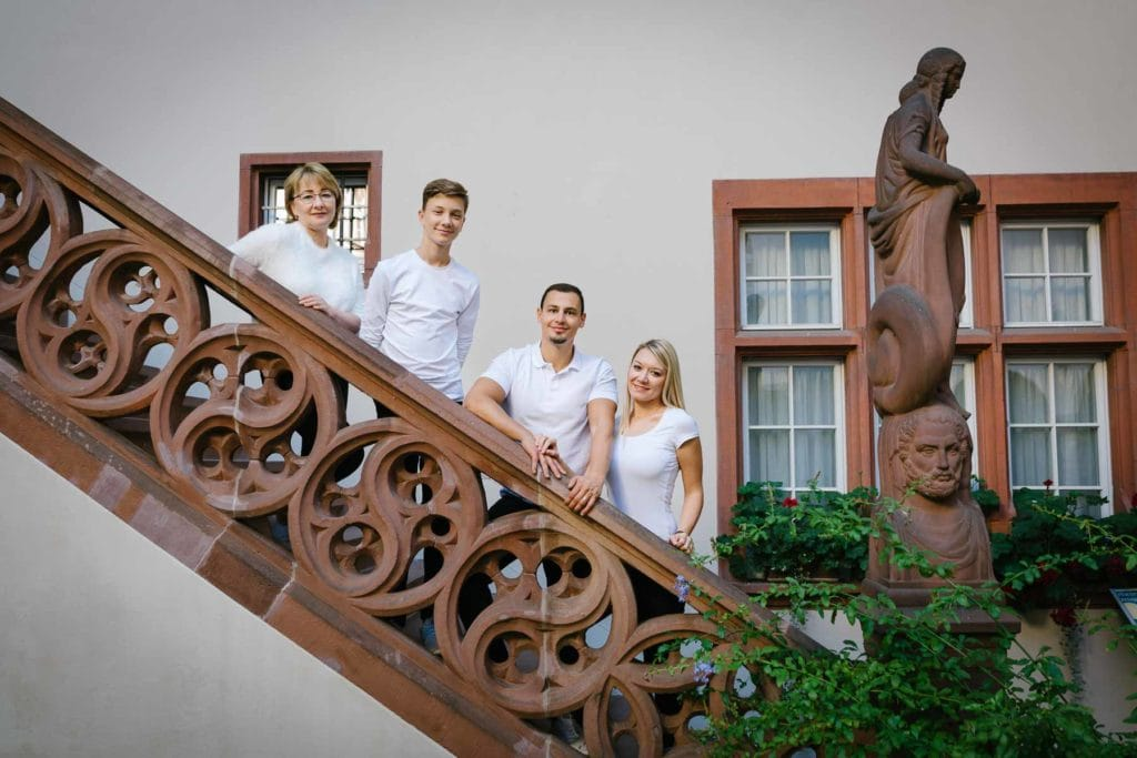 Familienfotograf Lörrach Freiburg Basel Familie steht auf Treppe