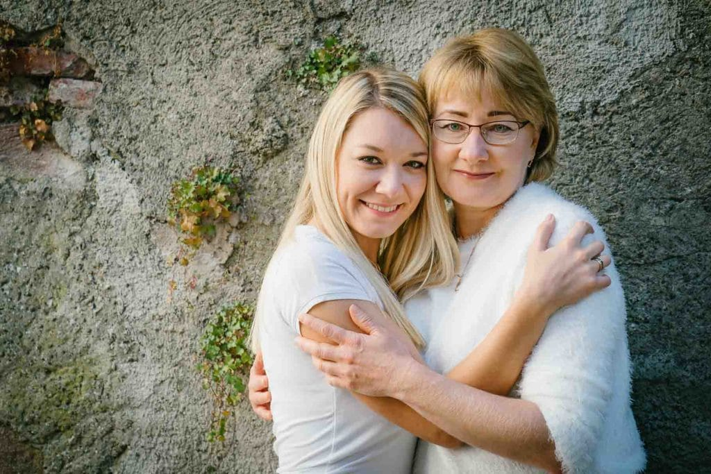 Familienfotograf Lörrach Freiburg Basel Tochter umarmt Mutter